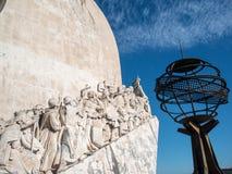Открытия памятник и глобус Стоковая Фотография