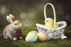 Открытка весны с красивой игрушкой зайчика и малый цыпленок в корзине Стоковое Фото