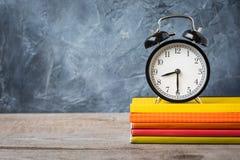 Открытка концепции 1-ое сентября, день ` учителей, назад к школе или коллежу, поставки, будильник стоковая фотография
