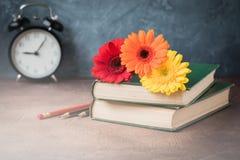 Открытка концепции 1-ое сентября, день учителей, назад к школе, поставки, будильник, маргаритки Стоковое Изображение