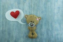 Открытка дня валентинок Плюшевый медвежонок и красное сердце Стоковое Фото