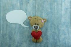 Открытка дня валентинок Плюшевый медвежонок и красное сердце Стоковая Фотография RF