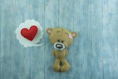 Открытка дня валентинок Плюшевый медвежонок и красное сердце Стоковые Фотографии RF