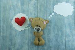 Открытка дня валентинок Плюшевый медвежонок и красное сердце Стоковые Изображения RF