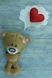 Открытка дня валентинок Плюшевый медвежонок и красное сердце Стоковое Изображение