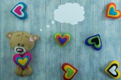 Открытка дня валентинок Плюшевый медвежонок и красочные сердца Стоковое фото RF