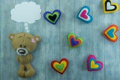 Открытка дня валентинок Плюшевый медвежонок и красочные сердца Стоковая Фотография RF