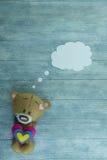 Открытка дня валентинок Плюшевый медвежонок и красочные сердца Стоковое Изображение RF