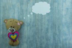 Открытка дня валентинок Плюшевый медвежонок и красочные сердца Стоковые Изображения RF