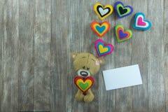Открытка дня валентинок Плюшевый медвежонок и красочные сердца Стоковые Изображения