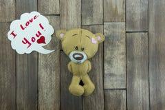 Открытка дня валентинок Плюшевый медвежонок на деревянной предпосылке Стоковая Фотография
