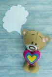 Открытка дня валентинок Плюшевый медвежонок на деревянной предпосылке Стоковая Фотография RF
