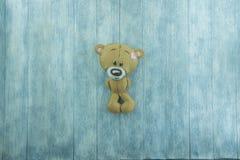 Открытка дня валентинок Плюшевый медвежонок на деревянной предпосылке Стоковое Изображение