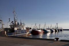 Открытка от гавани, поставленных на якорь кораблей, моря во время захода солнца Стоковые Изображения RF