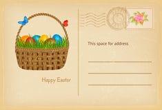 Открытка пасхи в винтажном стиле с корзиной пасхи с яичками и травой easters Счастливая поздравительная открытка торжества пасхи Стоковые Изображения RF