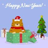 Открытка с милым котом в шляпе и шарфе Санты, сидит в подарочной коробке с помадки, рядом с рождественской елкой на голубой предп иллюстрация штока