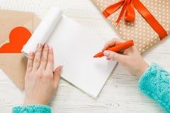 открытка s иллюстрации дня одевает вектор Валентайн темы наилучшим образом Взгляд сверху женских рук Упакованные подарки, Стоковое Изображение