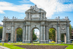 Открытки от Испании Старый каменный памятник ворот раз используемый для того чтобы приветствовать nobles и Royals к городу Мадрид Стоковая Фотография RF