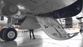 Открытое колесо воздушных судн downof на ангаре сток-видео