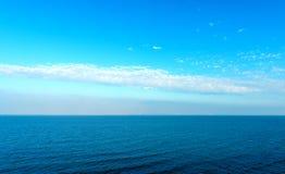 Открытое море и голубое небо стоковая фотография rf