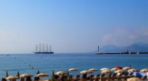 Открытое море с парусником и маяком на горизонте Стоковое Изображение