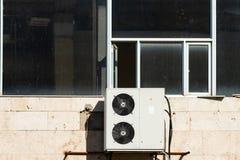 Открытое окно над блоком кондиционера воздуха внешним стоковое изображение