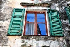 Открытое окно с зелеными деревянными рамками Стоковые Изображения RF