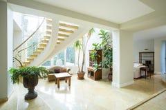 Открытое пространство внутри греческого дома стиля Стоковое Фото