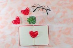 Открытые дневник, сердца, стекла и кактус на розовой предпосылке стоковая фотография rf