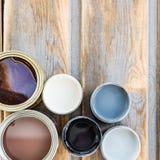 Открытые чонсервные банкы различных красок, политуры и пятна Стоковое Изображение RF