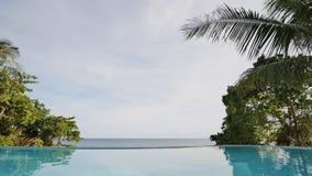 Открытый бассейн в экзотической стране Воссоздание около океана philippines видеоматериал
