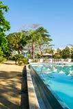 Открытый бассейн на свойстве пляжа с белым песком современного жилого района с красочными таунхаусами/домами стоковое изображение