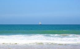 Открытый взгляд к ландшафту штиля на море с хрустящим небом в горизонте Стоковые Изображения RF