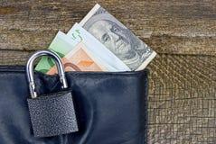 Открытый замок на черном портмоне с бумажными счетами Стоковое Фото