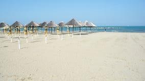 Открытый и закрытый парасоль пляжа на пляже Стоковое Изображение