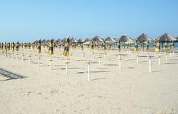 Открытый и закрытый парасоль пляжа на пляже Стоковая Фотография