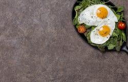 Открытый космос с яичницами и свежими травами на лотке стоковая фотография