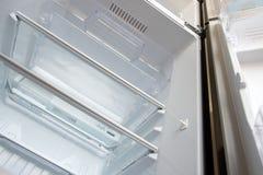 Открытый новый пустой холодильник стоковые фото