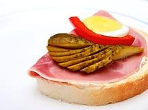 Открытый сандвич на таблице стоковое фото