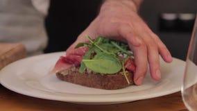 Открытый сандвич готовый для того чтобы положить дальше плиту акции видеоматериалы