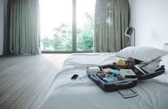 Открытый случай перемещения в предпосылке концепции каникул перемещения спальни гостиницы Стоковые Фото