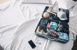 Открытый случай перемещения в предпосылке концепции каникул перемещения спальни гостиницы Стоковая Фотография