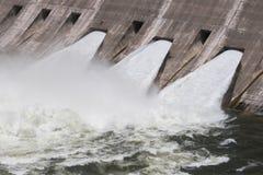 3 открытых затвора у шлюза создавая очень турбулентную воду Стоковые Изображения