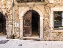 Открыть дверь в старом городке Стоковое Изображение
