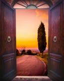 Открыть дверь и ландшафт Стоковое Фото