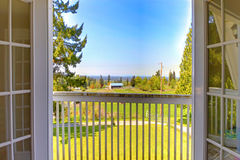 Открыть дверь к балкону Взгляд ландшафта природы Стоковое фото RF