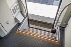 Открыть дверь поезда, ждать на центральном железнодорожном вокзале  Стоковое Изображение RF