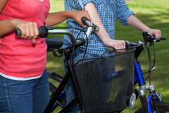 Отклонение велосипеда 2 девушек стоковые фотографии rf