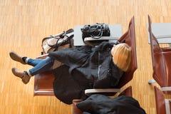 Отклонение утомленного женского путешественника ждать стоковая фотография