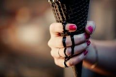 Отклоните конус мороженого угля с помадкой порошка Confetti и еды, розовых и голубых пушистой в melt и подаче руки ` s женщин стоковые изображения rf
